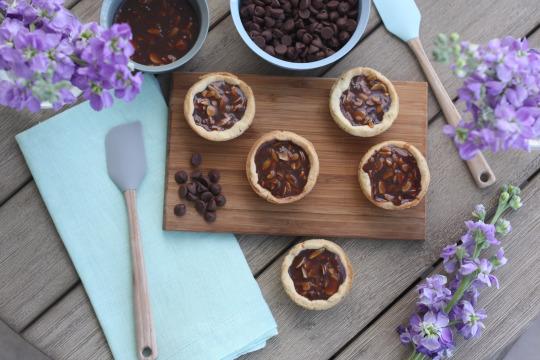 Tartaleta de caramelo, chocolate y almendras